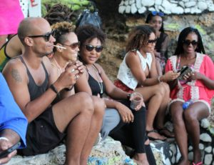 Anthony Hamilton discovers Curacao. fans sitting on the sand.